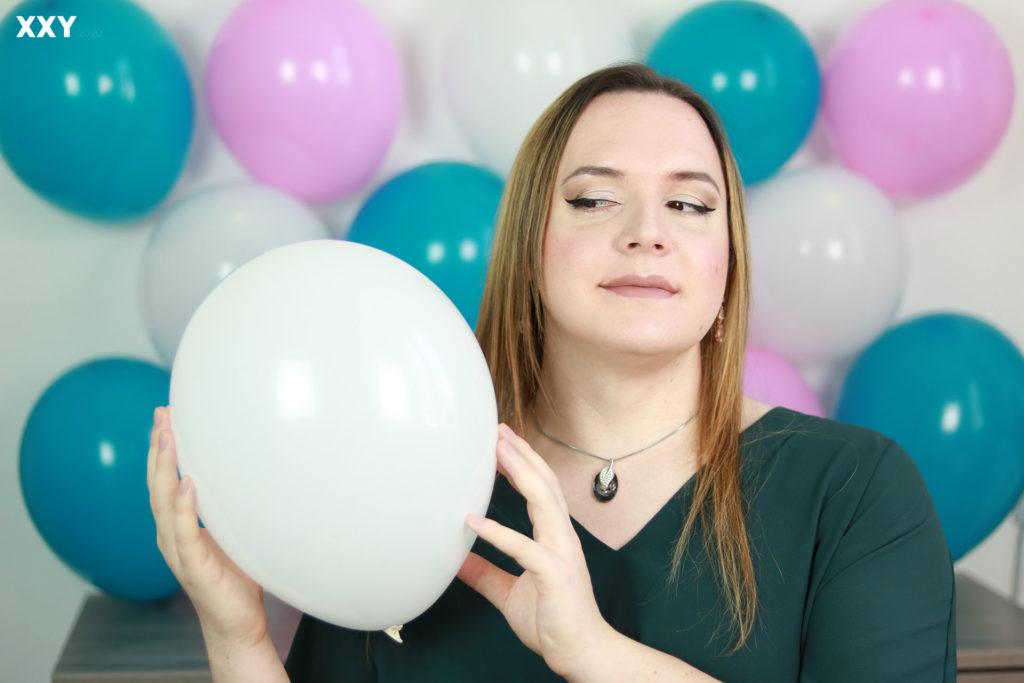 Andromède Travesti - Ballon dans les mains