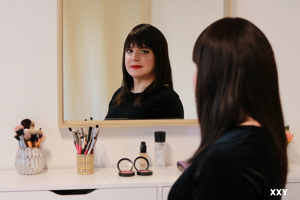 Reflet de la perruque en cheveux naturels