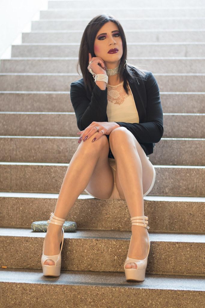 Linda Zoe - Tgirl (escaliers)