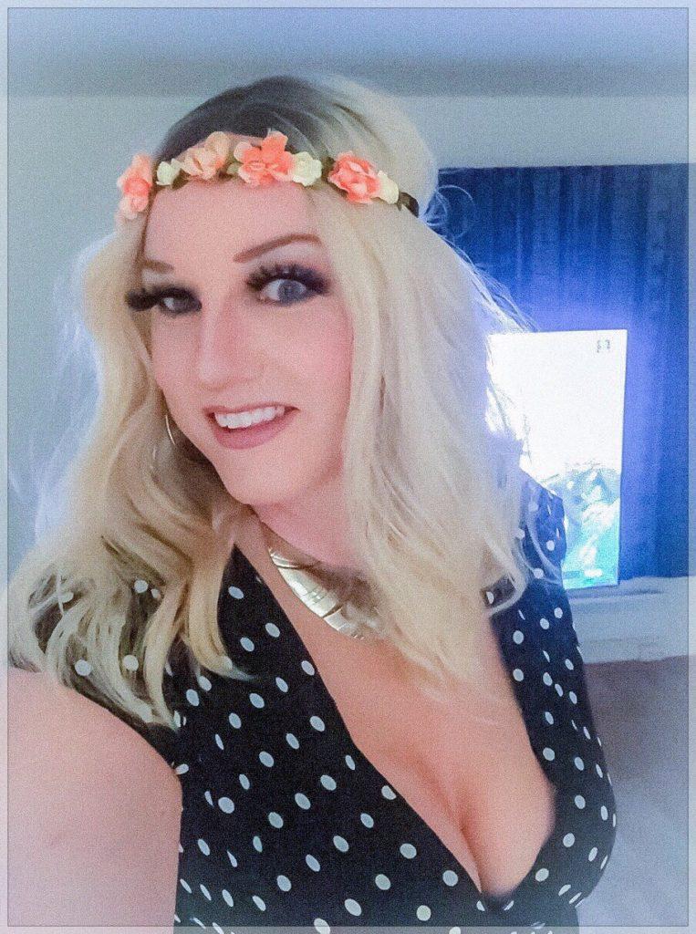 Monika Tgirl Norway (couronne de fleurs)